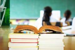 Onderwijsconcept - boeken op het bureau royalty-vrije stock afbeeldingen