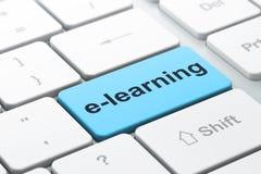 Onderwijsconcept: E-leert op de achtergrond van het computertoetsenbord Stock Afbeelding