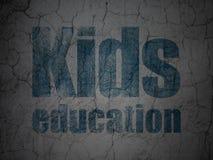 Onderwijsconcept: Jonge geitjesonderwijs op de achtergrond van de grungemuur Royalty-vrije Stock Fotografie
