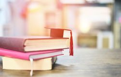 Onderwijsconcept met graduatie GLB op een boek op de houten lijst royalty-vrije stock foto