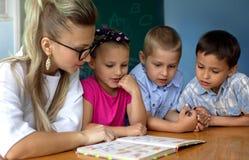 Onderwijsconcept, schoolkinderen Stock Foto's