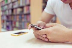 Onderwijslevensstijl van jonge mensenstudent die een mobiele telefoon met behulp van stock fotografie