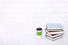 Onderwijsliteratuur Kop koffie en boeken op de lijst in een klasse Hoogste mening en exemplaarruimte Selectieve nadruk Royalty-vrije Stock Afbeeldingen