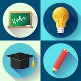 Onderwijspictogram dat op witte achtergrond wordt geplaatst Lightbulb, potlood, gediplomeerde hoed, lei, Stock Foto