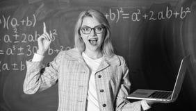 Onderwijsplaats voor leraren Opvoeder slimme slimme dame met moderne laptop die de achtergrond van het informatiebord zoeken stock foto's
