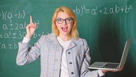 Onderwijsplaats voor leraren Opvoeder slimme slimme dame met moderne laptop die de achtergrond van het informatiebord zoeken stock fotografie