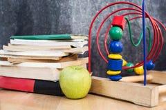 Onderwijssamenstelling met boeken, glazen en zwart krijt Stock Afbeeldingen
