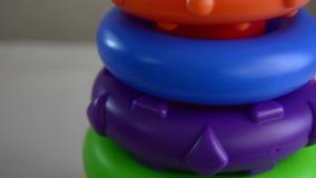 Onderwijsstuk speelgoed dichte omhooggaande die schuine stand omhoog van kleurrijke verschillende met maat ringen op de tribune w stock videobeelden