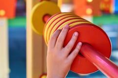 Onderwijstellingen voor kinderen in de openbare speelplaats, met kid& x27; s hand royalty-vrije stock afbeelding