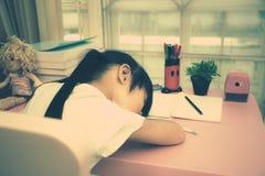 Onderwijsthema: schoolmeisjeslaap op haar handboeken in huis royalty-vrije stock fotografie