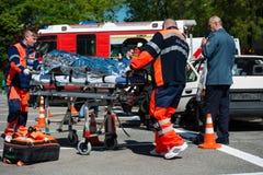 Onderzoek en reddingsverrichting tijdens autoneerstorting Stock Foto