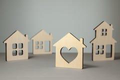 Onderzoek en selectie van huizen voor aankoop of huur Velen huisvesten modellen stock foto