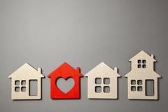 Onderzoek en selectie van huizen voor aankoop of huur Velen huisvesten modellen stock afbeelding