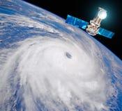 Onderzoek, het sonderen, controletyfoon De satelliet boven de Aarde maakt metingen van de weerparameters Elementen van dit im stock foto's