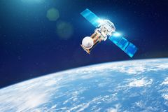 Onderzoek, het sonderen, die van in atmosfeer controleren Communicatiesatelliet in baan boven de oppervlakte van de aarde element royalty-vrije stock afbeeldingen