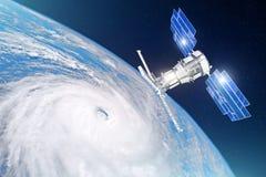 Onderzoek, het sonderen, toezicht op het volgen in een tropische onweersstreek, orkaan De satelliet boven de Aarde maakt metingen royalty-vrije stock foto