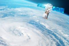 Onderzoek, het sonderen, toezicht op het volgen in een tropische onweersstreek, een orkaan De satelliet boven de Aarde maakt meti royalty-vrije stock afbeelding