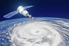 Onderzoek, het sonderen, toezicht op het volgen in een tropische onweersstreek, een orkaan De satelliet boven de Aarde maakt meti stock illustratie