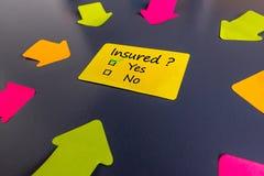Onderzoek met de kwestie van verzekering die Verzekerden vragen Met varianten van antwoorden, ja of nr en vele pijlen Stock Foto's