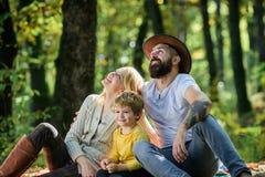 Onderzoek samen aard Het concept van de familiedag Mammapapa en jong geitjejongen die terwijl wandeling in bosfamiliepicknick ont royalty-vrije stock afbeeldingen