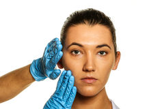 Onderzoek vóór plastische chirurgie. Stock Foto