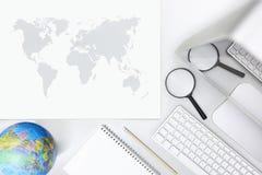 Onderzoekconcept, hoogste mening van bureau met computervergrootglas Stock Foto