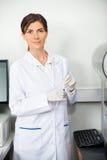 Onderzoeker With Blood Sample voor Coagulatie stock fotografie