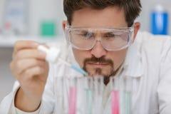 Onderzoeker die experimenten met chemische vloeistof doen bij laboratorium royalty-vrije stock foto's