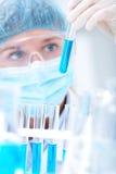 Onderzoeker die met chemische producten werkt stock afbeeldingen