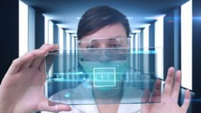 Onderzoeker die technologie gebruiken stock video