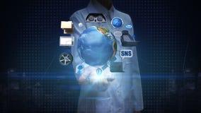 Onderzoeker, Ingenieurs open palm, infotainmentsysteem, netwerk de auto verbindt Internet, de sociale media dienst globale netwer stock footage