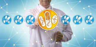Onderzoeker Selecting Drugs Personalized met DNA royalty-vrije stock afbeeldingen