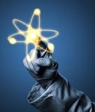 Onderzoeker of wetenschapper met het rubber gloeiende atoom m van de handschoenholding stock foto