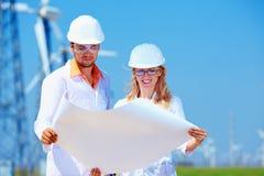 Onderzoekers aan het werk aangaande windenergiepost Stock Foto