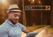Onderzoeksbar met de mens op tablet in hout Royalty-vrije Stock Foto's