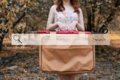 Onderzoeksbar op de achtergrond vage foto van een meisje met leathe Stock Fotografie