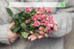 Onderzoeksbar op de achtergrond van vaag boeket van struik van rozen stock foto's