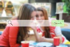Onderzoeksbar op vage winkelende jonge meisjes als achtergrond Royalty-vrije Stock Foto