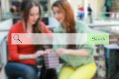 Onderzoeksbar op vage winkelende jonge meisjes als achtergrond Royalty-vrije Stock Foto's