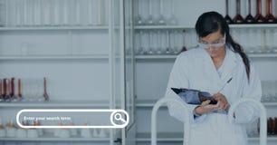 Onderzoeksbar tegen vrouw bij de laboratoriumfoto Stock Foto's