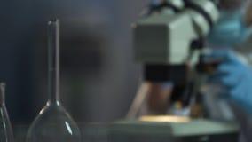 Onderzoekscentrum die mogelijke kosmetische gevolgen voor huid evalueren die speciale tests gebruiken stock video