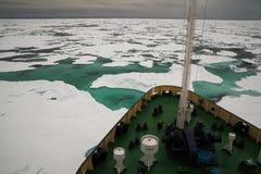 Onderzoekschip in ijzige noordpooloverzees Stock Foto's