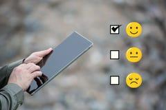 Onderzoekszakenman die een slimme tablet op een bouwwerfstenen gebruiken royalty-vrije stock afbeeldingen