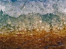Ondes atteignant le rivage Arabe de golfe Photographie stock libre de droits