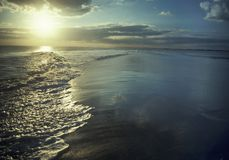 Ondes au coucher du soleil images stock