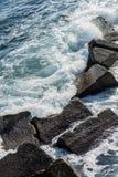 Ondes côtières à Syracuse Photos stock