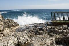 Ondes côtières à Syracuse Photographie stock libre de droits