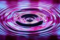 Ondes d'eau provoquées par des gouttelettes d'eau Image libre de droits