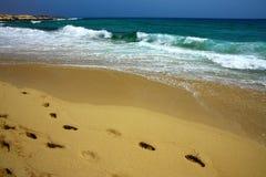 ondes d'empreintes de pas de plage Photographie stock libre de droits