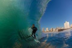 Ondes d'enjeu de surfer de Durban de ville de vague déferlante Photos stock